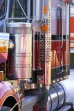 Feche acima da ideia do lado do grande caminhão do camião imagens de stock royalty free