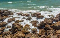 Feche acima da ideia do seascape com hard rock e ainda ondas, Kailashgiri, Visakhapatnam, Andhra Pradesh, o 5 de março de 2017 Imagens de Stock Royalty Free