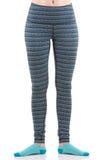 Feche acima da ideia dos pés da mulher do ajuste que vestem a calças listrada colorida dos esportes e peúgas azuis da vista diant Imagem de Stock
