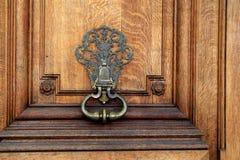 Feche acima da imagem da grão de madeira e do hardware elaborado da porta home do ` s imagem de stock