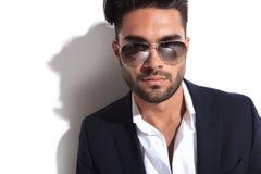 Feche acima da imagem de óculos de sol vestindo consideráveis de um homem de negócio Fotos de Stock Royalty Free
