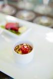 Feche acima da imagem de uma cereja em um potenciômetro branco foto de stock royalty free