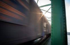Feche acima da imagem do trem de mercadorias no movimento na ponte Fotografia de Stock
