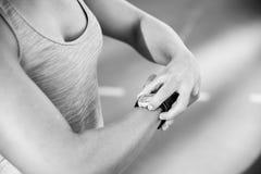 Feche acima da imagem preto e branco de um atleta fêmea que ajusta a fotos de stock royalty free