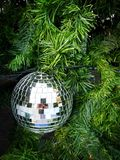 Feche acima da imagem da quinquilharia dos espelhos na árvore de Natal Fotografia de Stock Royalty Free