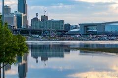 Feche acima da inundação do centro do Rio Missouri das reflexões das construções de Omaha em 2019 do parque da borda de Tom Hanaf fotografia de stock