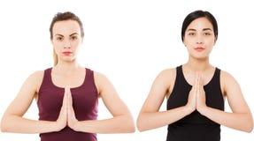 Feche acima da ioga branca e das mãos asiáticas da mulher no gesto do namaste isoladas em branco, grupo da pose fotos de stock