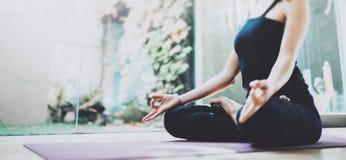 Feche acima da ioga praticando da jovem mulher em um salão do treinamento Conceito da liberdade A calma e relaxa, felicidade fême imagem de stock royalty free