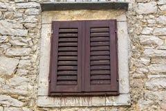 Feche acima da janela marrom típica em Istria - Croácia Imagem de Stock