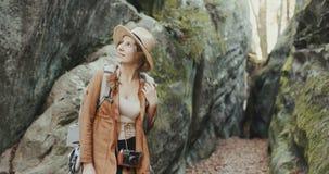 Feche acima da jovem mulher atrativa no chapéu à moda que olha ao redor fotos de stock
