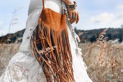 Feche acima da jovem mulher bonita no vestido branco em um campo Fotografia de Stock Royalty Free