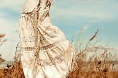Feche acima da jovem mulher bonita no vestido branco em um campo Fotos de Stock