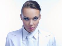 Feche acima da jovem mulher lindo no vestuário branco foto de stock royalty free