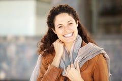 Feche acima da jovem mulher no sorriso do revestimento e do lenço imagem de stock