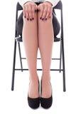 Feche acima da jovem mulher que senta-se na cadeira do escritório isolada no whit Imagem de Stock