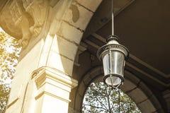 Feche acima da lâmpada de rua em Barcelona e na construção histórica, Cata Fotos de Stock Royalty Free