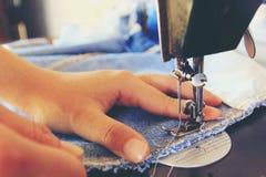 Feche acima da máquina de costura e da agulha fotos de stock royalty free