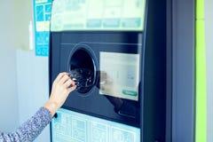 Feche acima da máquina de venda automática reversa automática para recolher e imagem de stock royalty free
