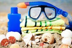 Feche acima da máscara, das conchas do mar de toalha e do tubo Imagens de Stock Royalty Free