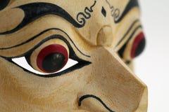 Feche acima da máscara indonésia, topeng, maschera no fundo branco imagens de stock