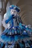 Feche acima da máscara da mulher sob os arcos nos doges palácio, Veneza, Itália durante o carnaval Fotografia de Stock