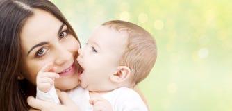 Feche acima da mãe e do bebê sobre luzes fotos de stock