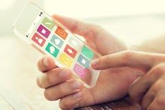Feche acima da mão com ícones do menu no smartphone Fotografia de Stock Royalty Free