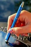 Feche acima da mão das meninas com caderno, pena e telefone celular Foto de Stock Royalty Free