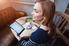 Feche acima da mão das mulheres que guarda a tabuleta digital com a tela vazia do espaço da cópia para sua mensagem de texto da p Fotografia de Stock