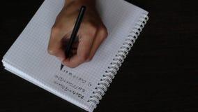 Feche acima da mão de um homem escreve uma equação matemática vídeos de arquivo
