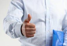 Feche acima da mão do homem de negócio com polegar acima Fotos de Stock