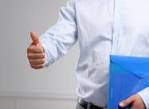 Feche acima da mão do homem de negócio com polegar acima Foto de Stock