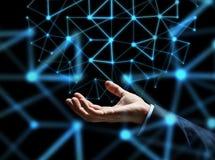 Feche acima da mão do homem de negócios com holograma Imagens de Stock