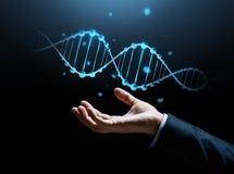 Feche acima da mão do homem de negócios com molécula do ADN imagens de stock