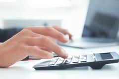Feche acima da mão do homem de negócios ou do contador que trabalha na calculadora Calcule dados comerciais, original da contabil fotos de stock