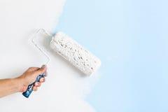 Feche acima da mão do pintor que pinta uma parede foto de stock royalty free