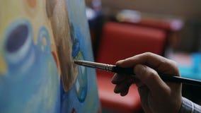 Feche acima da mão do ` s do homem que pinta ainda a imagem da vida na lona no estúdio da arte Imagem de Stock Royalty Free
