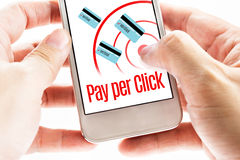 Feche acima da mão dois que guarda móvel com pagamento pela palavra do clique, Digita imagem de stock