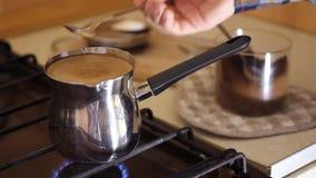 Feche acima da mão fêmea que agita o café preto do copo - mão fêmea caucasiano ascendente próxima usando a colher para agitar fab vídeos de arquivo