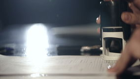 Feche acima da mão fêmea que põe um selo no contrato Movimento lento vídeos de arquivo