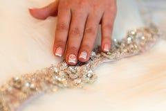 Feche acima da mão da joia dos toques da noiva imagens de stock