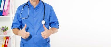 Feche acima da mão masculina do doutor que mostra os polegares acima - da imagem colhida Seguro médico, espaço da cópia fotos de stock royalty free