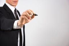 Feche acima da mão masculina vestida negócio que guarda o marcador Imagem de Stock