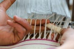 Feche acima da mão da mulher no tear de tecelagem foto de stock royalty free