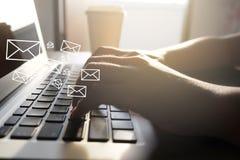 Feche acima da mão da mulher usando o portátil com ícone do email para enviar imagem de stock royalty free