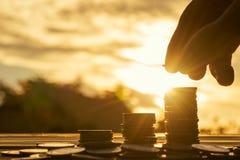 Feche acima da mão no fundo do por do sol, conceito do dinheiro Fotos de Stock Royalty Free
