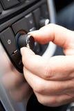 Feche acima da mão que ajusta o controle do condicionamento de ar do carro em Dashb foto de stock royalty free