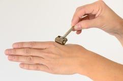 Feche acima da mão que está sendo feita massagens com rolo do derma fotos de stock royalty free