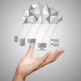 Feche acima da mão que mostra o diagrama de computação da nuvem imagens de stock