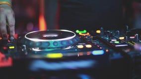 Feche acima da música dos jogos do DJ que mistura e que risca no equipamento da música da plataforma giratória 1920x1080 vídeos de arquivo